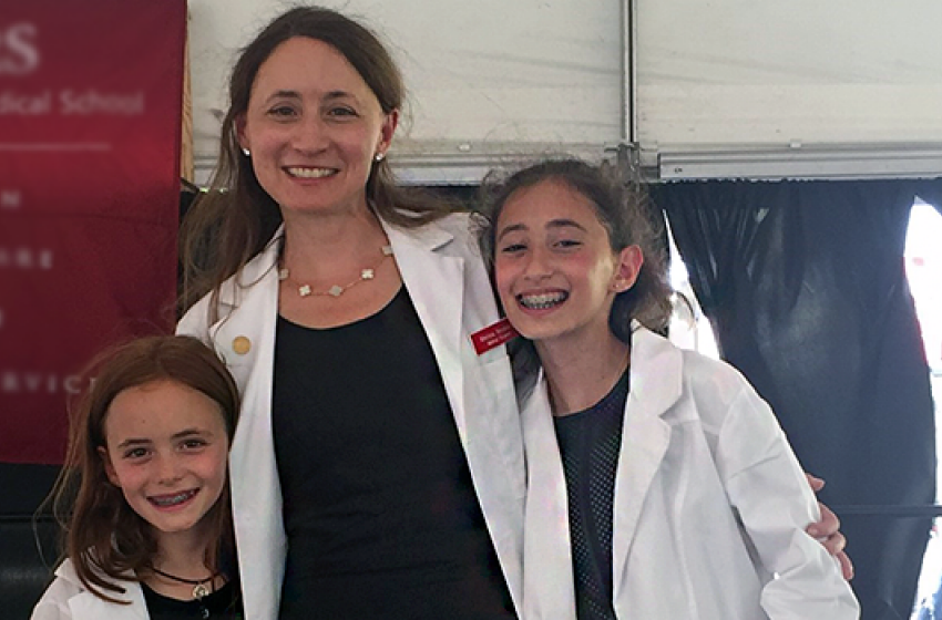 Melissa Neumann at her White Coat Ceremony with her daughters, Eva and Lita Crichton.